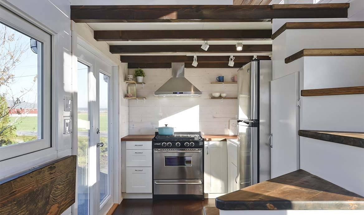 cette tiny house ressemble un vrai appartement gr ce son optimisation. Black Bedroom Furniture Sets. Home Design Ideas