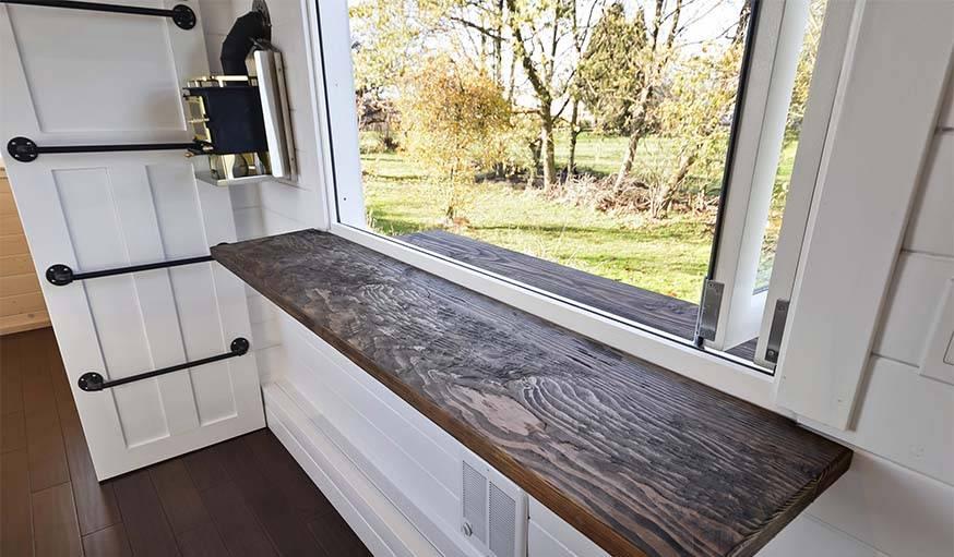 Un petite table accrochée au mur pour observer la vue tout en déjeunant.