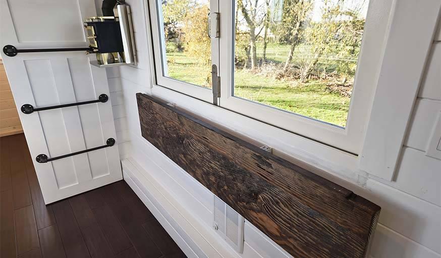 Pour gagner de l'espace, il est possible de rabattre cette table en bois.