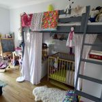 Les deux enfants, 7 et 10 mois, partagent pour le moment la même chambre.