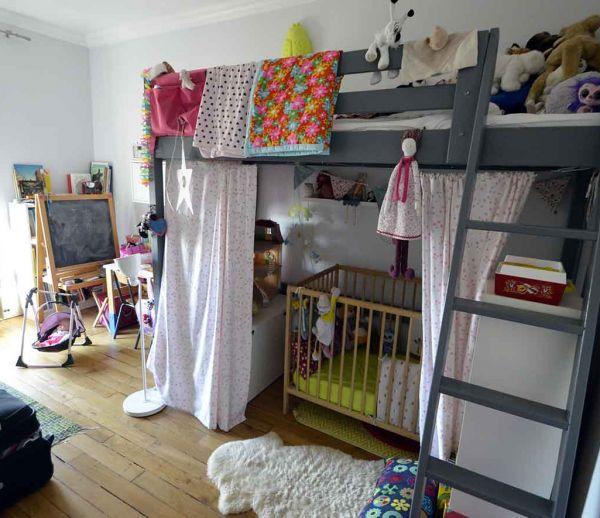 une chambre d enfant sous les combles avec une vraie cabane perch e pour jouer. Black Bedroom Furniture Sets. Home Design Ideas