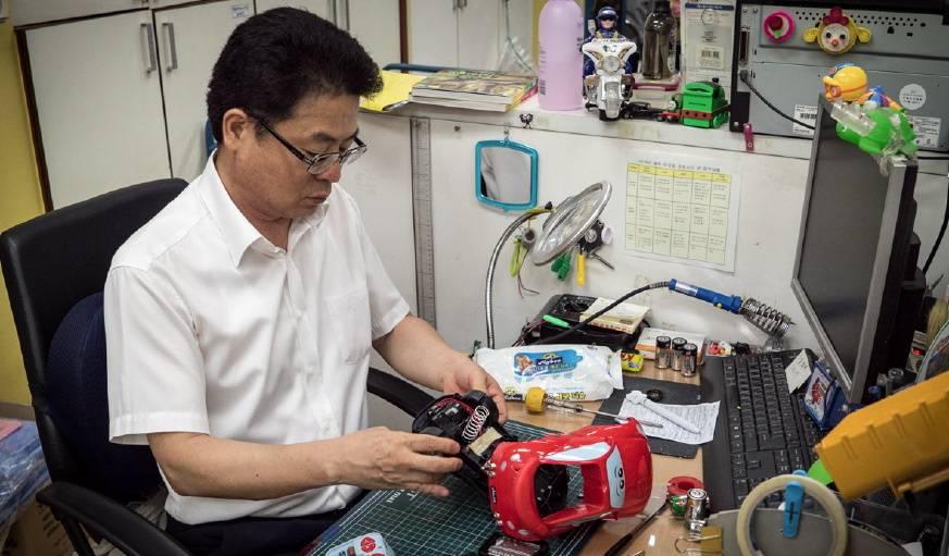Min hwan est le réparateur attitré du magasin de jouets.