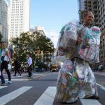 Rob Greenfield, avec sur le dos les déchets qu'il a produit pendant un mois.