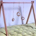 Fabriquez un portique d'éveil en bois pour votre enfant.