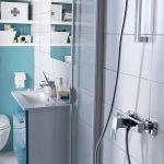 Une petite salle de bains peut aussi être pratique et confortable.