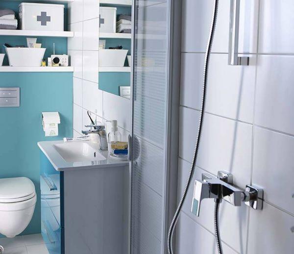 Une salle de bains petite mais pratique