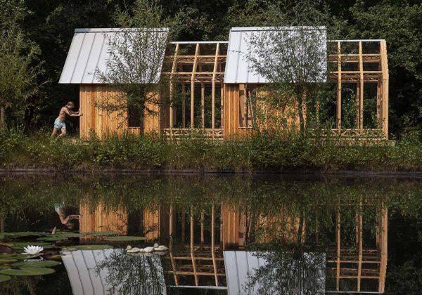 Une cabane de jardin en bois et verre - Un abri de jardin original ...