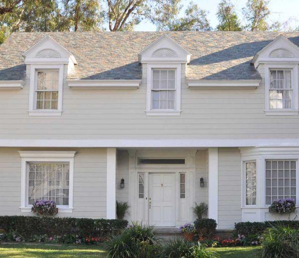 """Tesla dévoile des toits solaires """"plus beaux et plus solides"""" que les toitures classiques"""
