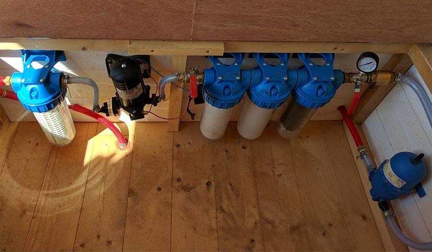 Les filtres à eau cachés dans le banc coffre.