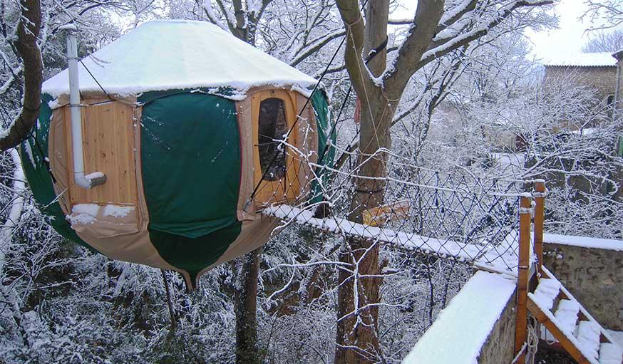 La yourte suspendue sous la neige.