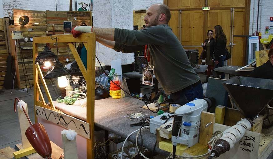 Les abat-jour fabriqués à partir d'un stock de bouteilles en plastique par Ahamd Khouja.