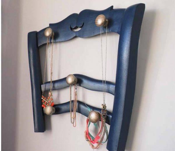 DIY : Fabriquez un porte-bijoux original avec un dossier de chaise