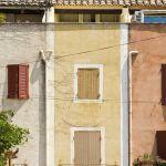 Façades de maison dans un village provençal.
