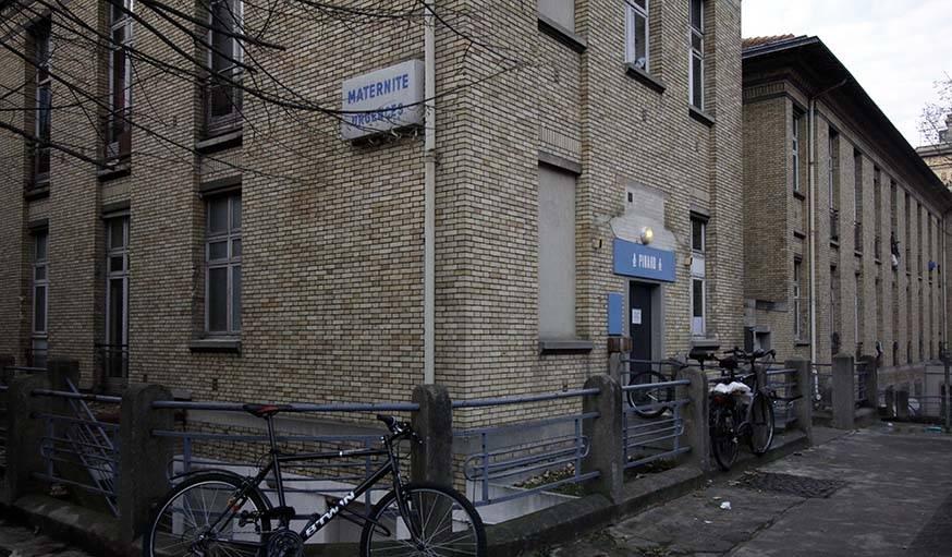 Certains bâtiments portent encore des vestiges de l'ancien hôpital.