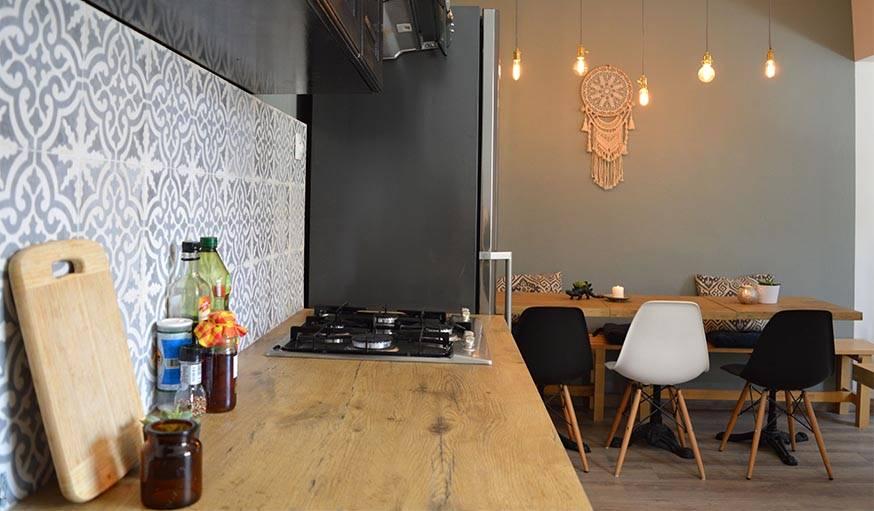 La crédence dont les motifs se répètent sur les coussins, et les chaises Eames, au design si reconnaissable.