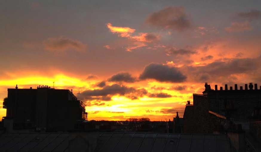 L'aube observée depuis une fenêtre perchée au 7e étage du quartier Daumesnil à Paris, début avril.