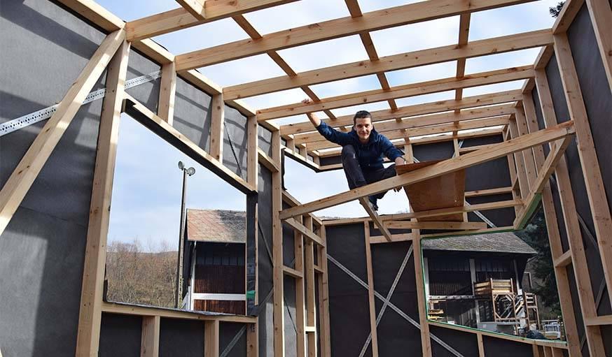 Lars a prévu une mezzanine et de larges fenêtres dans sa tiny house.