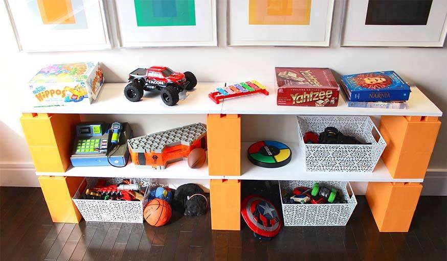 Des étagères dans une chambre d'enfant.