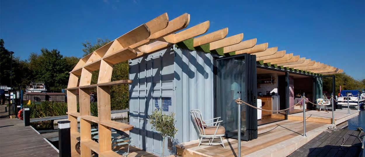 Une Maison Flottante En Container Et Upcycling