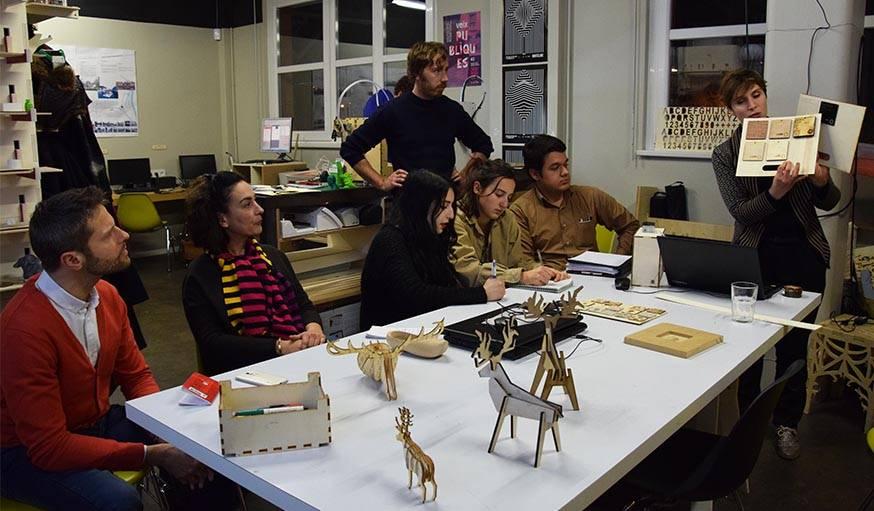 Diane Philippe forme un groupe d'adultes à l'utilisation de la découpeuse laser.