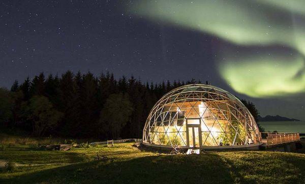 Une famille s'installe sous un dôme de verre pour vivre au cercle polaire
