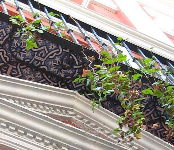 À Séville, les dessous des balcons carrelés pour le plus grand plaisir des passants