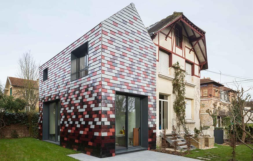 Extension de maison tuiles en terre cuite pour fa ades originales - Forme de toiture maison ...