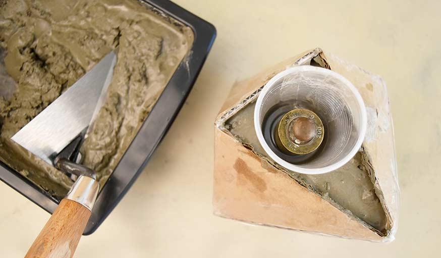 diy conseils pour fabriquer un cache pot en ciment. Black Bedroom Furniture Sets. Home Design Ideas