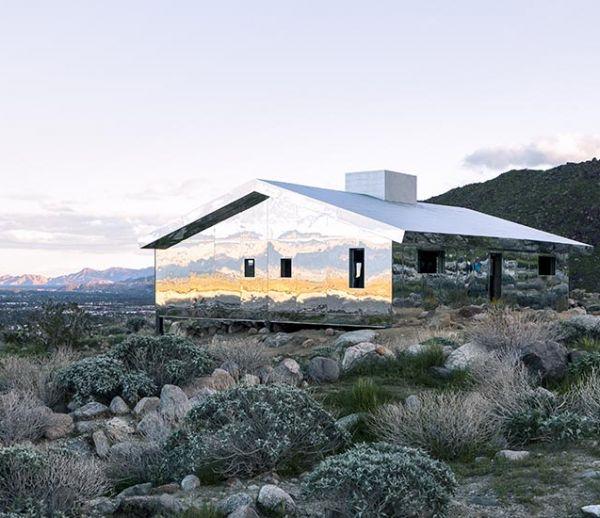 Cette incroyable maison en miroirs reflète la vallée désertique