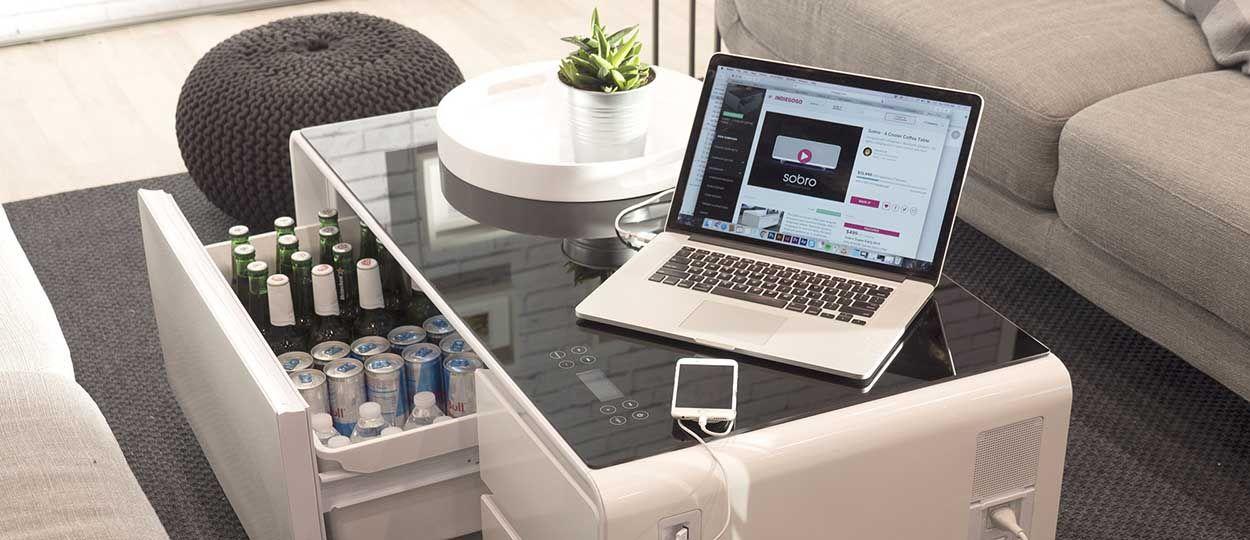 une table basse qui charge les t l phones et les. Black Bedroom Furniture Sets. Home Design Ideas