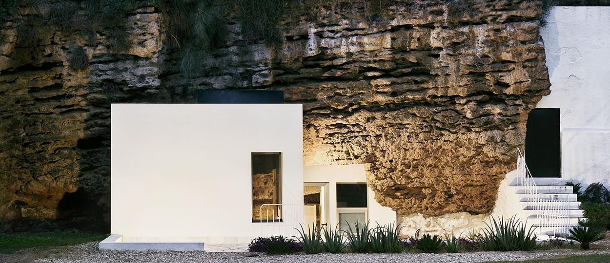 Une maison troglodyte minimaliste et branch e vivre dans for Maison la pierre