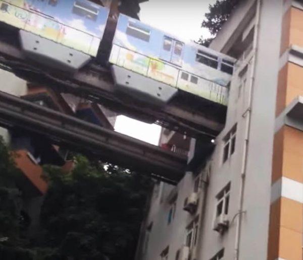 Le métro passe en plein milieu de leur immeuble... et ça ne les dérange pas