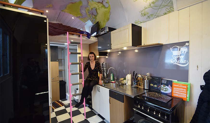 Détails déco : cuisine aux portes dépareillées et le planisphère au plafond.