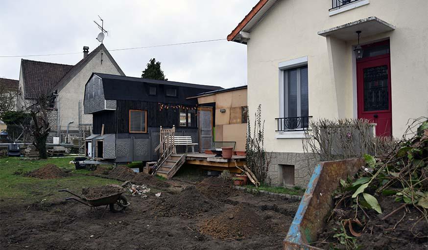 La tiny house se trouve dans un quartier pavillonnaire.