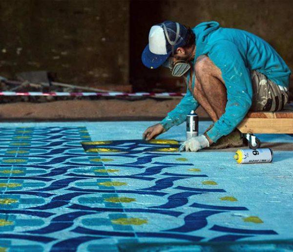 Un artiste sublime les lieux abandonnés par de surprenantes mosaïques