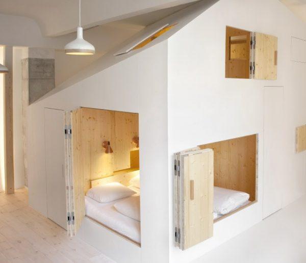 Cette mini-maison, posée au milieu d'une chambre, se referme comme une boîte