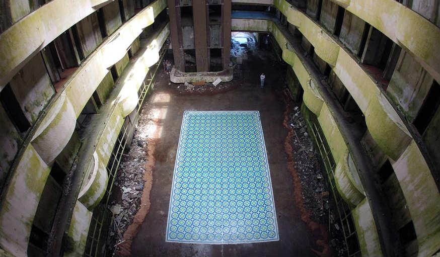 L'artiste a investi un hôtel cinq étoiles abandonné.