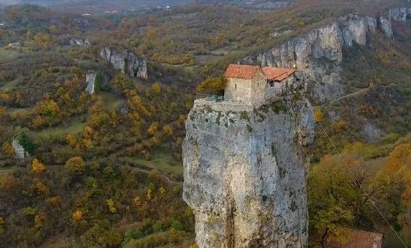 Vertige : cette maison est perchée au sommet d'un rocher de 40 mètres