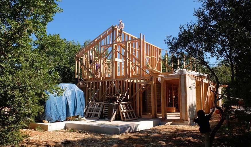 Pour construire sa maison, Christophe s'est lancé dans un chantier participatif.