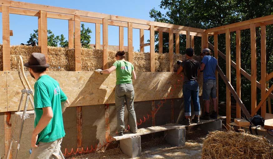 Les bénévoles sur le chantier en train de garnir l'ossature en bois.