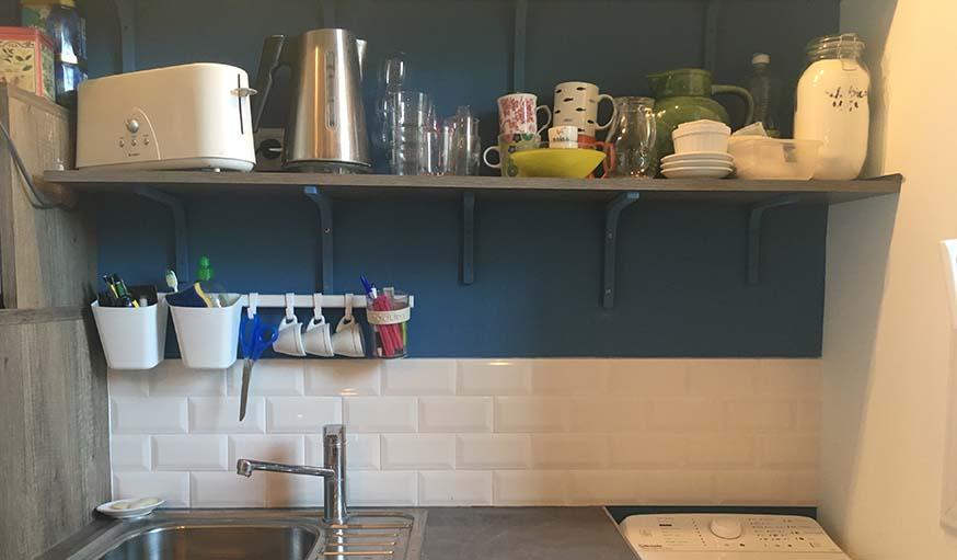 Transformer un petit studio en un petit loft pour une for Cuisine agencee