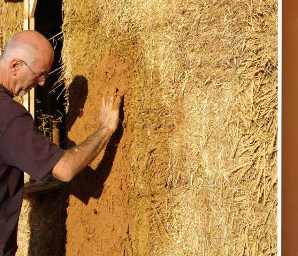 Et si vous utilisiez la terre de votre jardin comme enduit pour vos murs ?