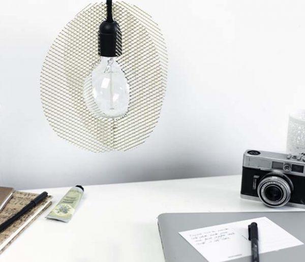 Tuto : Fabriquez une lampe baladeuse grillagée au style minimaliste