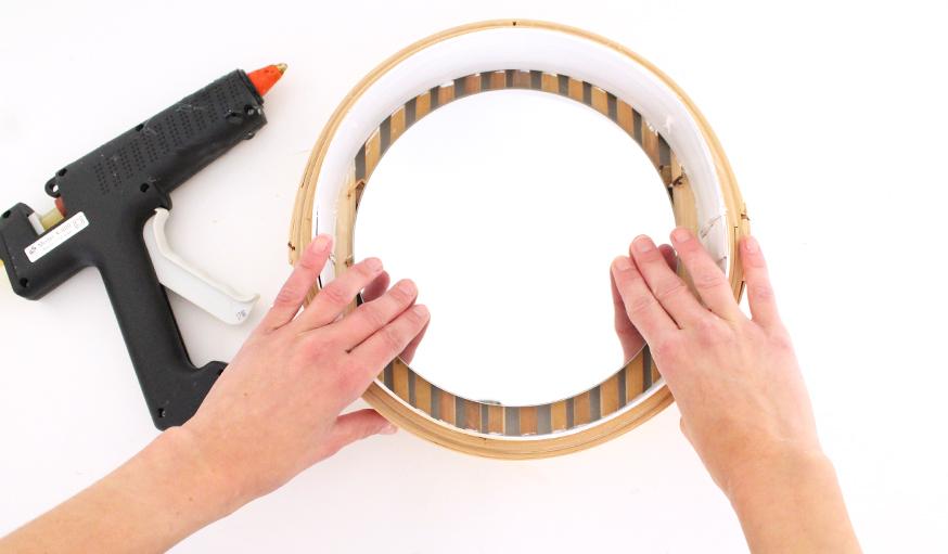 Tuto fabriquez un miroir tendance avec un panier chinois for Fixer un miroir sur une porte