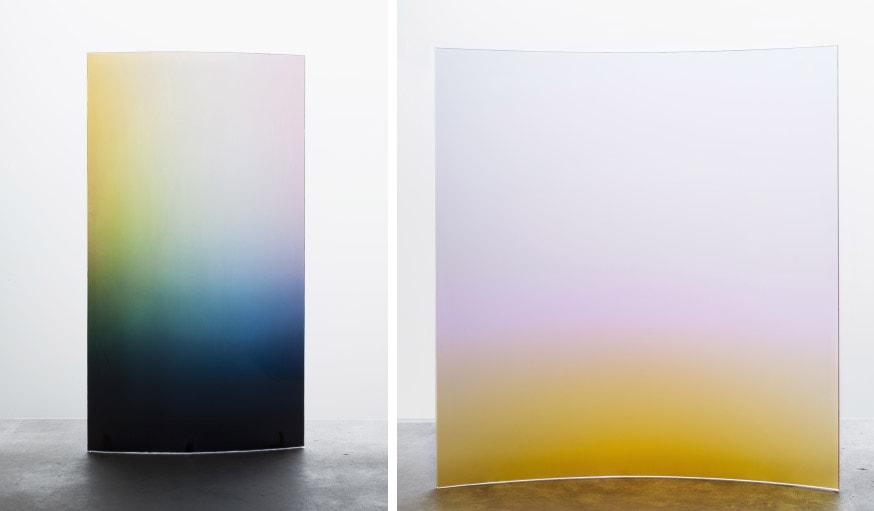 Le fauteuil de German Ermics s'accompagne de panneaux de verre coloré.