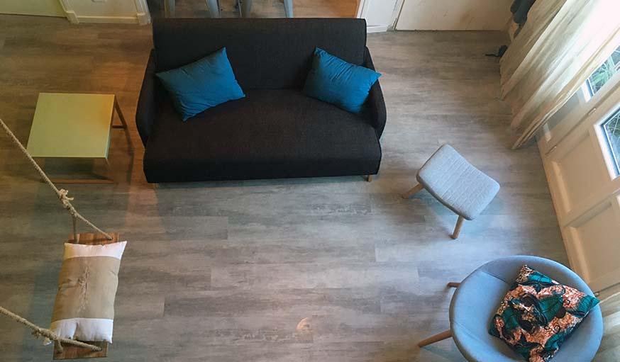 Le salon, vu du dessus, avec le canapé autour duquel on peut circuler.