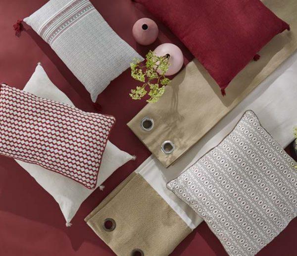 Déco : réchauffer sa maison avec des coussins couleur terracotta