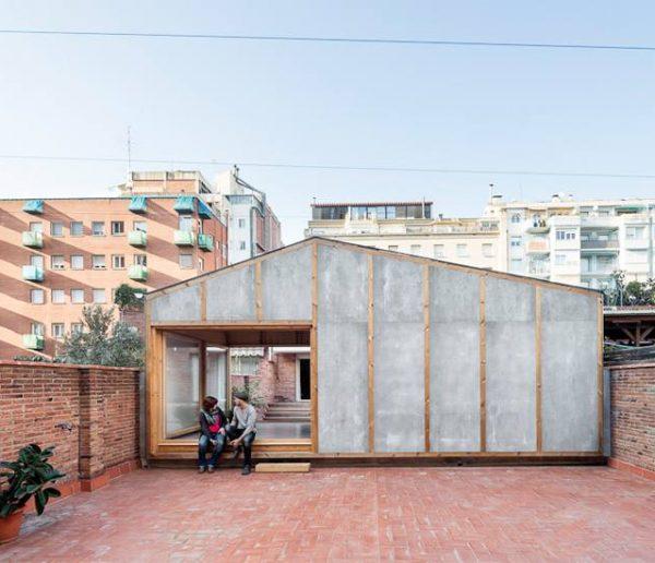 Cette extension d'appartement, installée sur le toit d'un immeuble, permet de gagner 30 m2