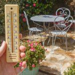 thermomètre dans un jardin lors d'une canicule gestes à éviter