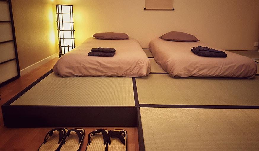 L'estrade qui accueille les tatamis et les futons.